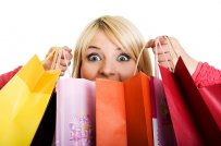 kobieta z torbami na zakupach