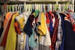 niepotrzebne ubrania w szafie